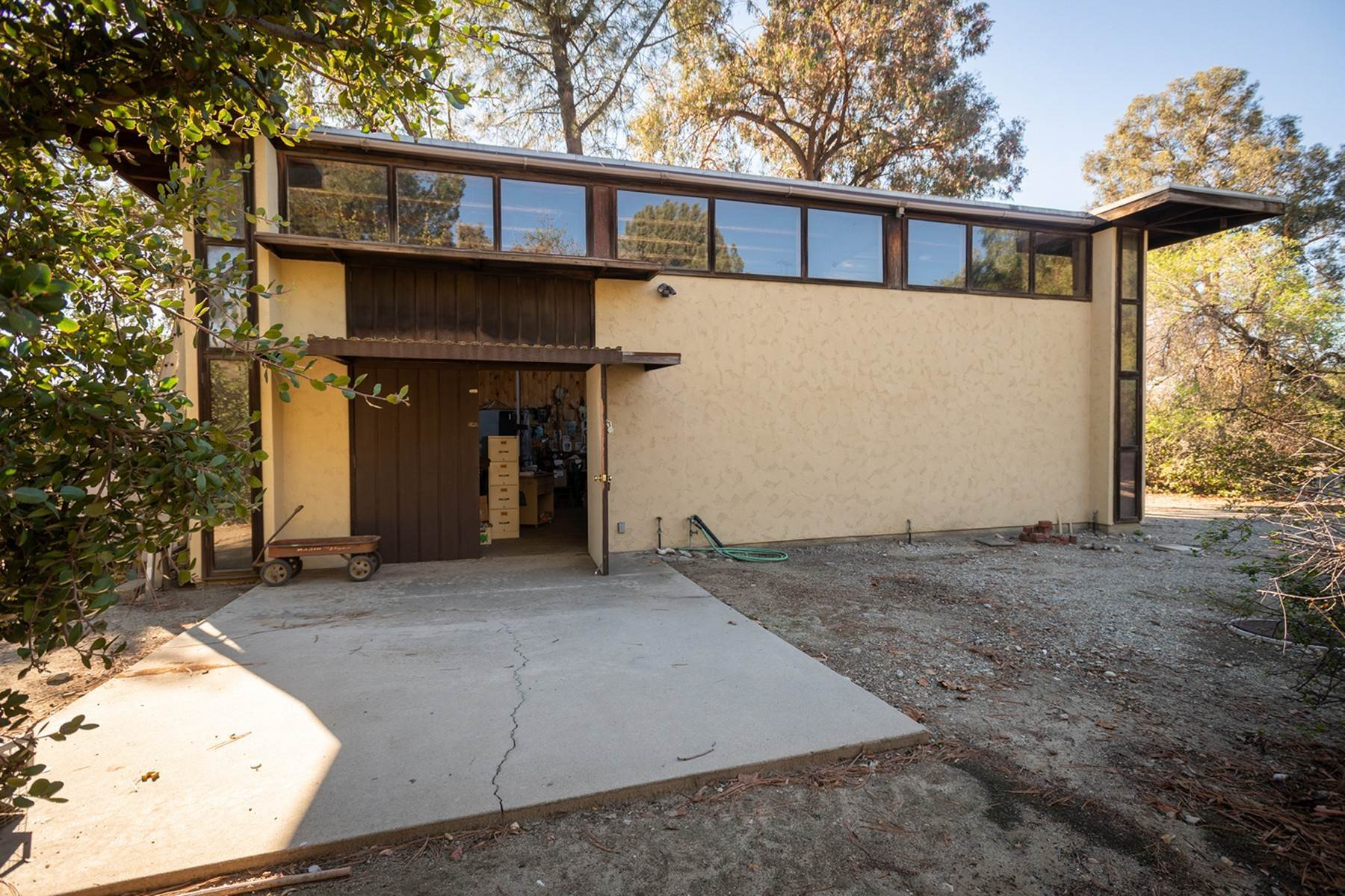 46. Single Family Homes for Sale at 190 E. Radcliffe Drive, Claremont, CA 91711 190 E. Radcliffe Drive Claremont, California 91711 United States
