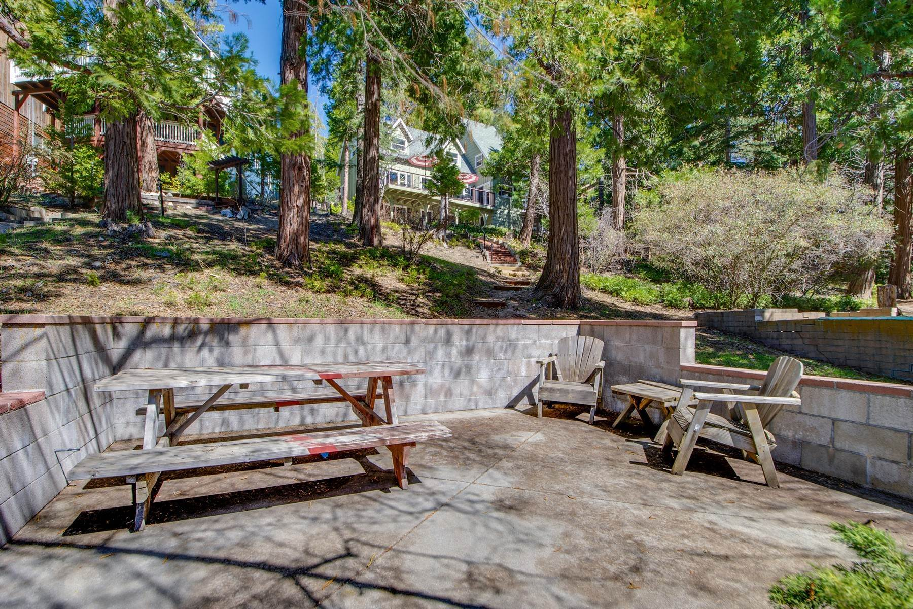 33. Single Family Homes for Sale at 142 John Muir Rd Lake Arrowhead, California 92352 United States