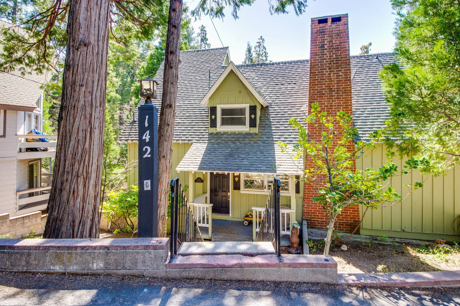 Single Family Homes 为 销售 在 142 John Muir Rd Lake Arrowhead, 加利福尼亚州 92352 美国