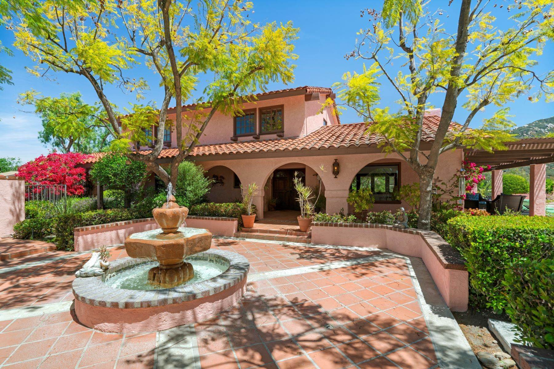 Single Family Homes à Furnished Spanish Colonial With Pool 2091 Mckain Street Calabasas, Californie 91302 États-Unis