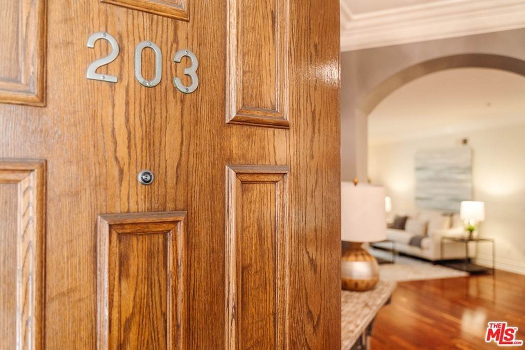 Residential for Sale at 850 North Croft Avenue 203 Los Angeles, California 90069 United States
